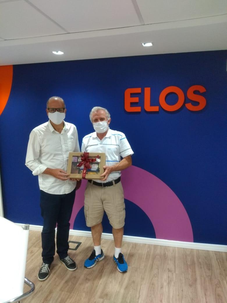 Superintendente Ezequias e um participante com a sua caixa comemorativa recebida no sorteio